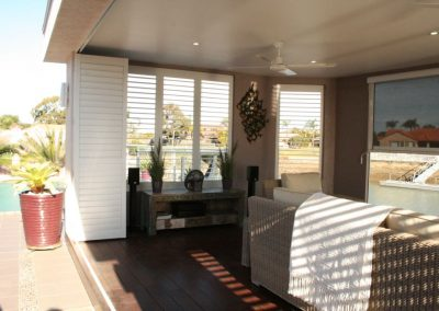 ww-white-multifold-poolhousedoor